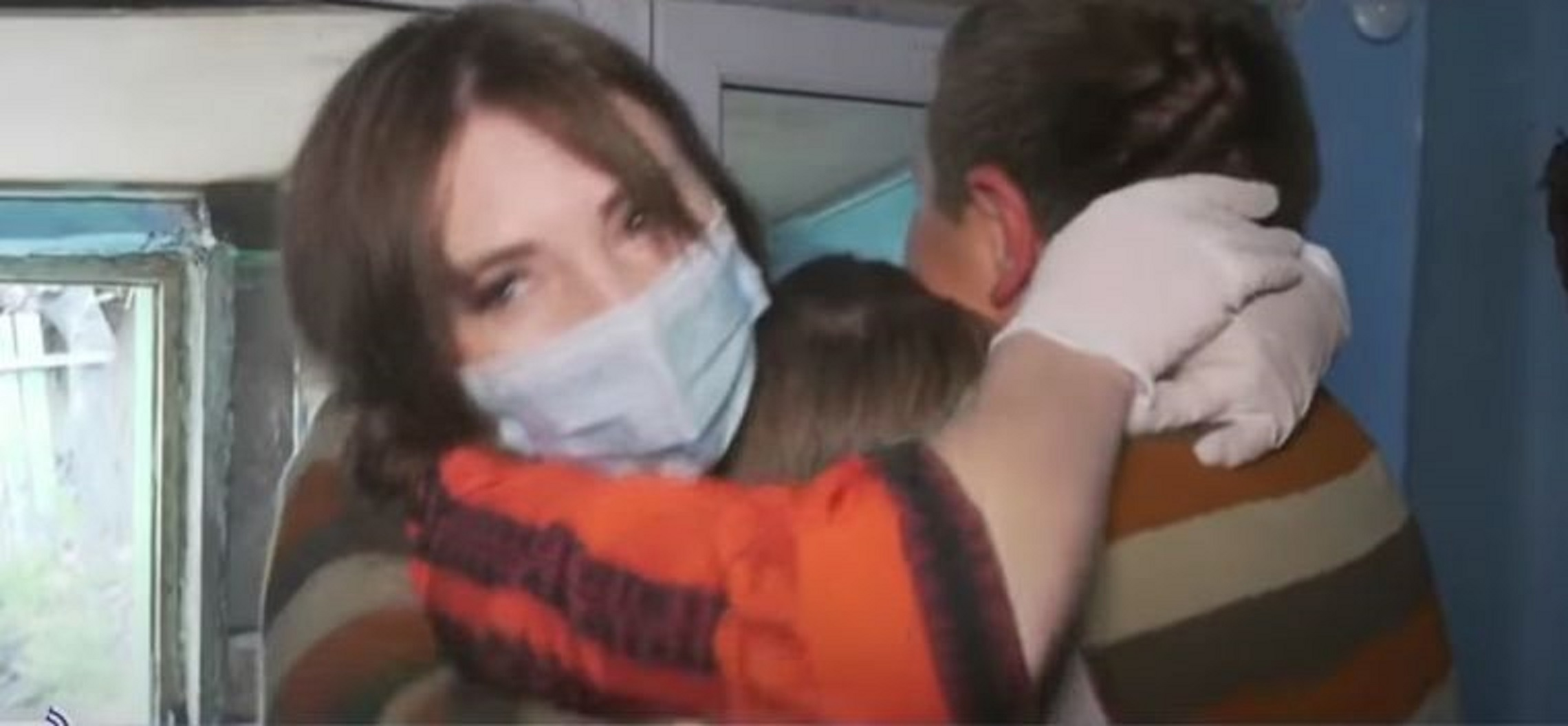 Vulpița nu a părut foarte încântată de revederea cu fiica sa