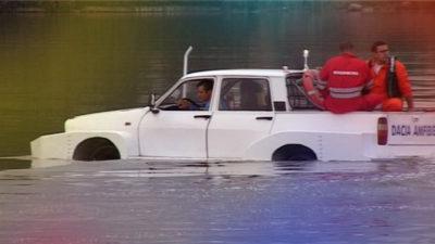 VIDEO Dacia așa cum n-ai mai văzut-o: singura Dacia care merge și pe apă
