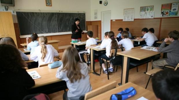 Alocațiile pentru copii cresc cu întârziere. Guvernul dă vina pe președinte