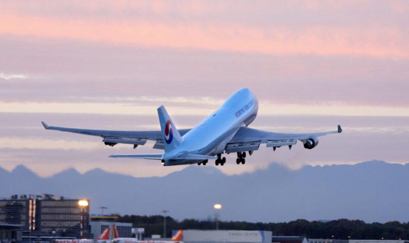 Cum profiți de zboruri gratuite: compania care trimite oameni în vacanță