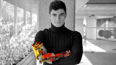 VIDEO Tânărul care și-a construit din piese Lego o proteză robotizată