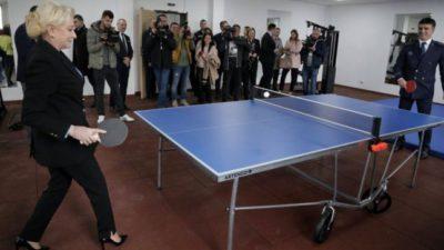 """VIDEO """"Orice om îi place sportul"""": Viorica Dăncilă, pe tocuri, în timpul unei partide de ping-pong. Cu cine juca"""