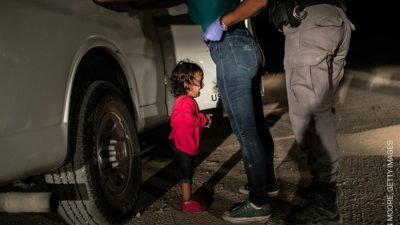 Care e povestea din spatele pozei cu fetița care plânge: a fost votată fotografia anului
