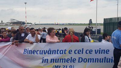 Sute de români îl întâmpină pe Papa Francisc pe Aeroportul Otopeni. Ce se întâmplă acum – FOTO