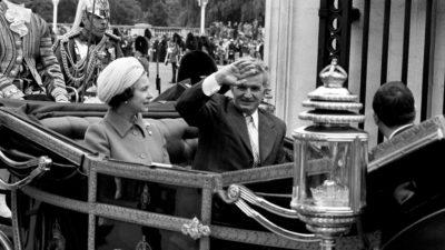 Soții Ceaușescu, în vizită la Regina Angliei. Ce le-a făcut Elisabeta a II-a, imediat ce au ajuns – VIDEO