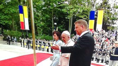 """Iulia Albu o critică pe Carmen Iohannis pentru ținuta purtată la venirea Papei: """"Abuzează de un privilegiu!"""""""