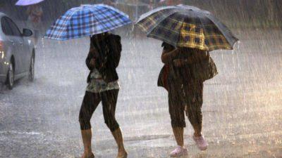 Meteorologii au emis noi avertizări de vreme rea pentru sâmbătă după-amiază. Unde vor lovi fenomenele meteo extreme