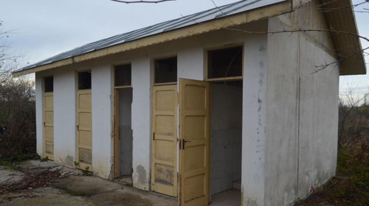 scoala cu wc in curte