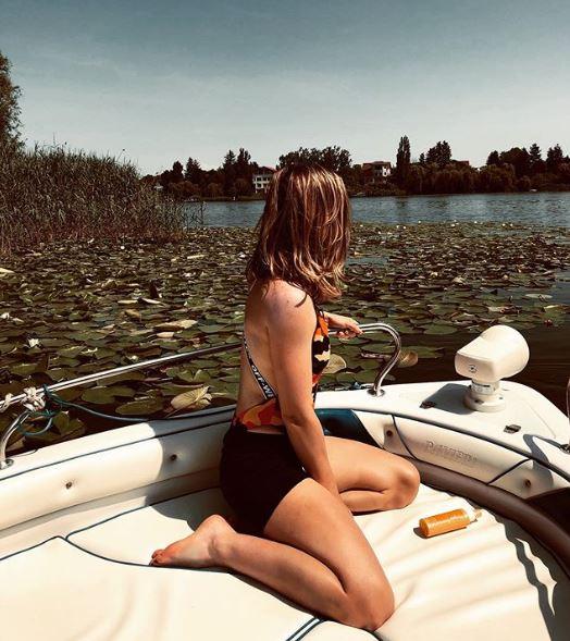 Simona Halep în costum de baie, pe o barcă privată