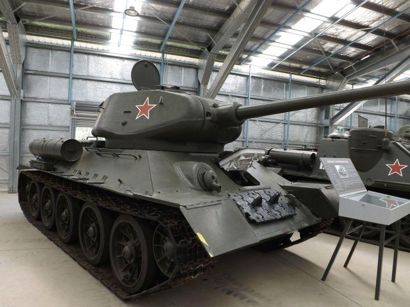 Un tanc sovietic a fost condus nebunește de un bărbat beat