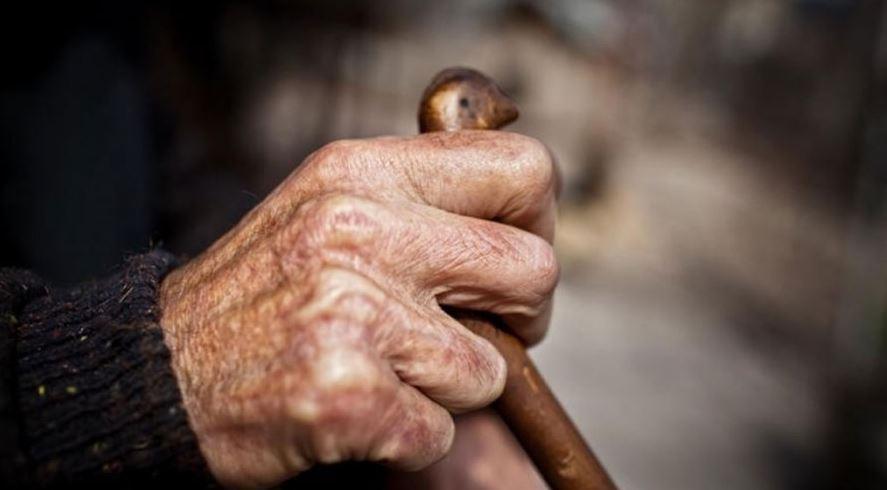 Bătrân de 83 de ani, bătut crunt de doi tineri pentru 6 lei și un telefon