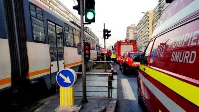 Două tramvaie s-au ciocnit într-o intersecție din Capitală. O persoană de 60 de ani a fost rănită