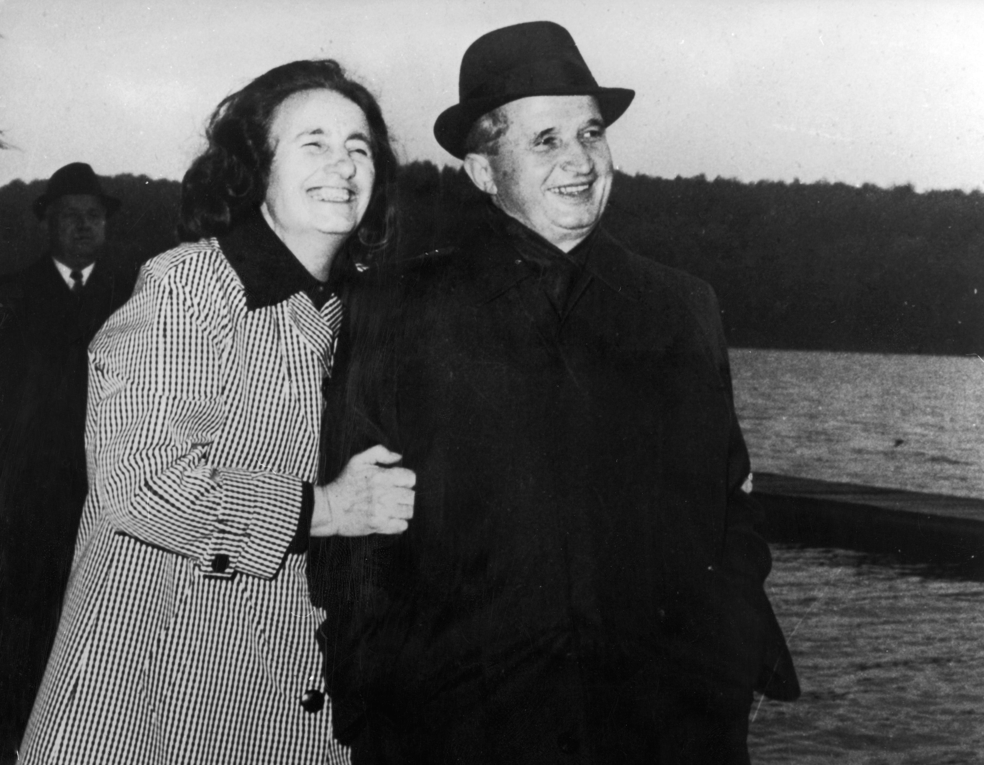 Elena Ceaușescu își dădea în cărți, iar seara îi punea ceva sub pernă lui Nicolae Ceaușescu. Cine o ajuta