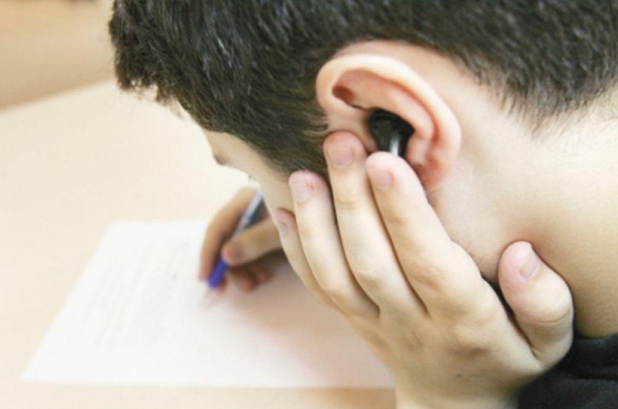 Tinerii au fost prinși cu căști și telefoane în sala de examen. Ei au fost dați afară din examenul de Bacalaureat