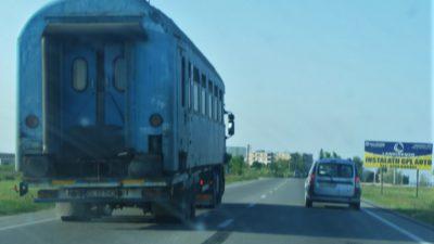 Apariție uluitoare pe drumul dintre Caracal și Craiova. Mașina-vagon de tren a fost fotografiată de martori