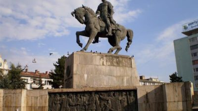 Ce s-a întâmplat cu o tânără care a oferit show indecent live pe Facebook, pe soclul statuii lui Mihai Viteazul