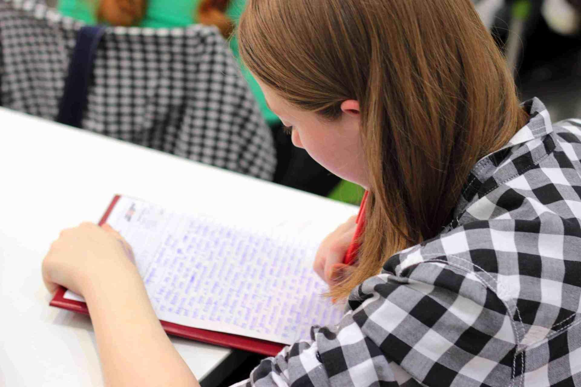 Fată care scrie.