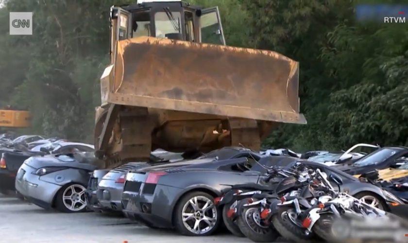 Mașini de 5,5 milioane de dolari, distruse cu buldozerul. VIDEO cu bolizii de la Porsche, Lamborghini și Mercedes-Benz