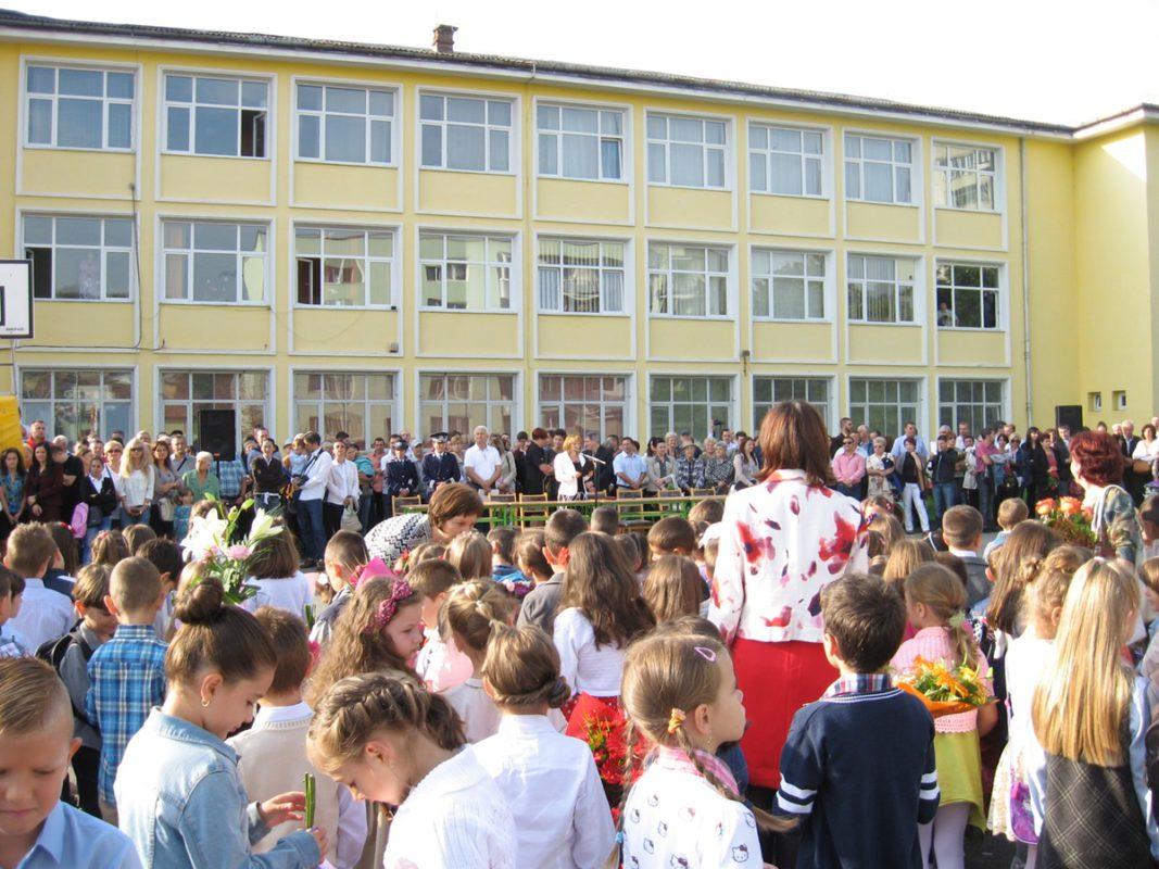 Pe 9 septembrie sună clopoțelul pentru un nou an școlar. Părinții fac tot posibilul să le fie aproape copiilor săi