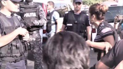 Procurorii DIICOT, descindere acasă la Luiza Melencu. Mama fetei a leșinat înainte să fie luată de jandarmi