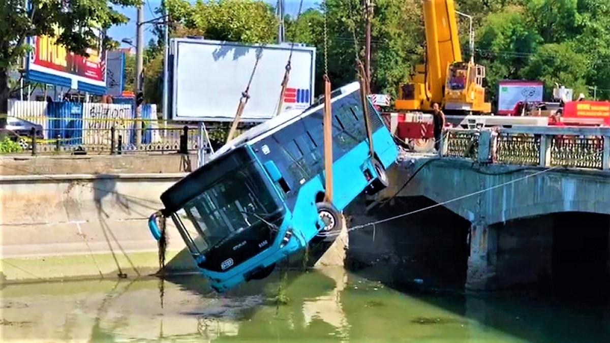 VIDEO Momentul în care autobuzul STB e lovit de o mașină și plonjează în Dâmbovița. Imagini surprinse de camerele de supraveghere