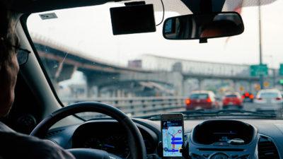 Cod Rutier 2019. A fost adoptată legea care prevede ca șoferii să lipeasă acest semn pe parbriz