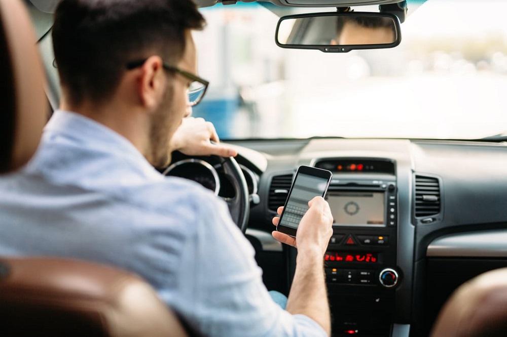 Cod Rutier 2019 Cum sunt depistați șoferii care folosesc telefonul la volan Doar bănuiala polițistului nu e suficientă