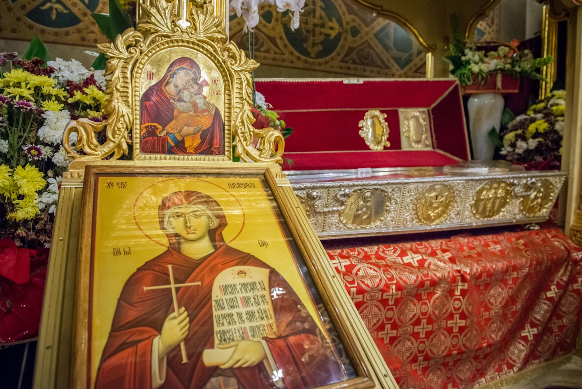 Racla cu moaștele Sfintei Parascheva, alături de o icoană.