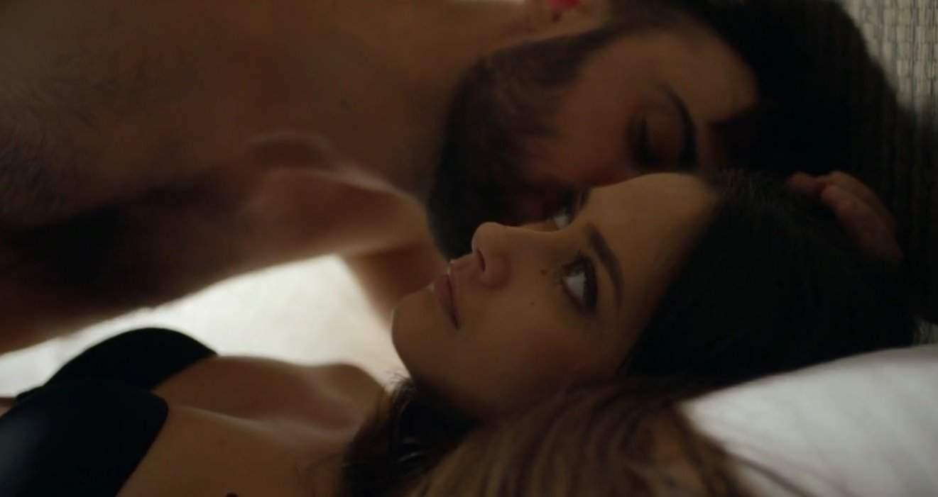 Andrei și Ioana din serialul Sacrificiul într-o scenă de amor.