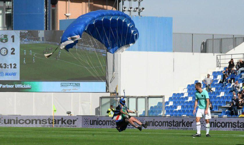 A aterizat cu parașuta pe un teren de fotbal, în timpul meciului: motivul de la care te bufnește râsul
