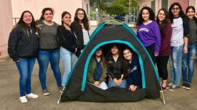 Au rezolvat problema oamenilor fără adăpost, cu un cort: de ce este specială creația adolescentelor