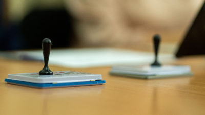 """Cum se poate muta autocolantul """"votat"""" de pe buletinele de vot la procedura prin corespondență. Demonstrația unui român"""