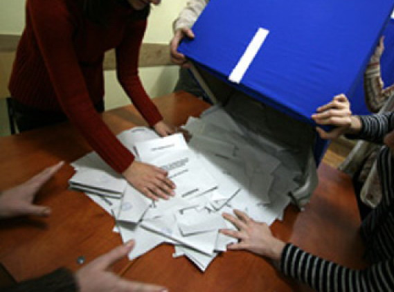 Urnele de vot s-au inchis