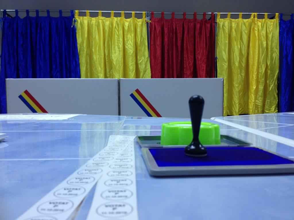 Poză dintr-o secție de vot din România.