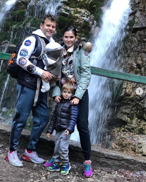 Alina Pușcaș împreună cu familia la munte