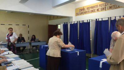 Incidente la o secție de votare din județul Botoșani. Ce era scris în toate cabinele de vot