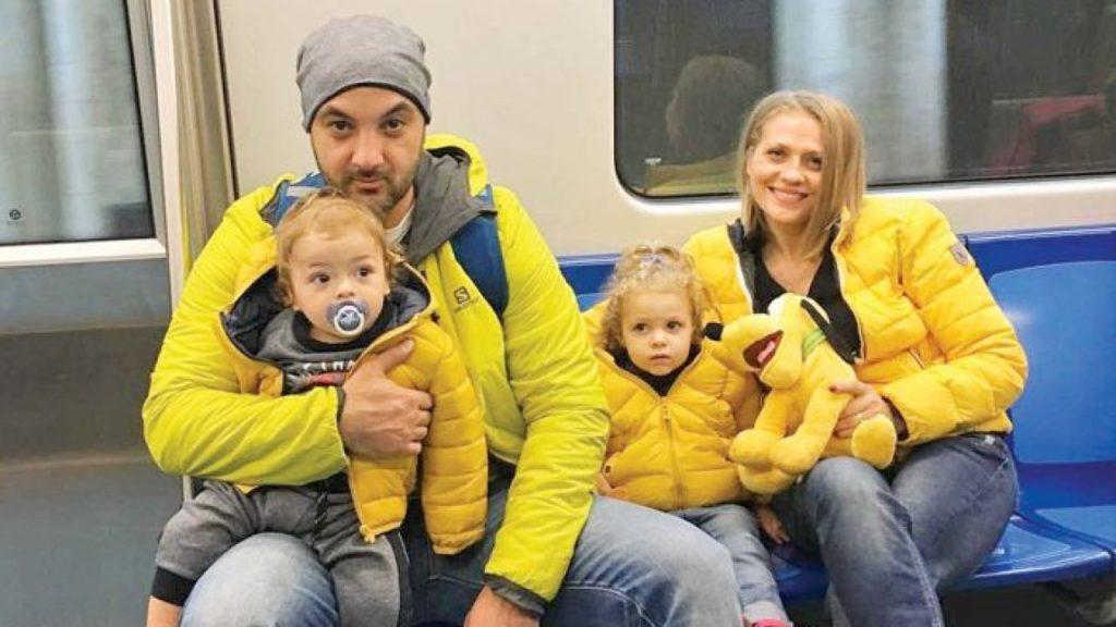 Mirela vaida, alături de soțul ei și copiii săi. Foto: viva.roMirela vaida, alături de soțul ei și copiii săi, în metroul bucureștean. Foto: viva.ro