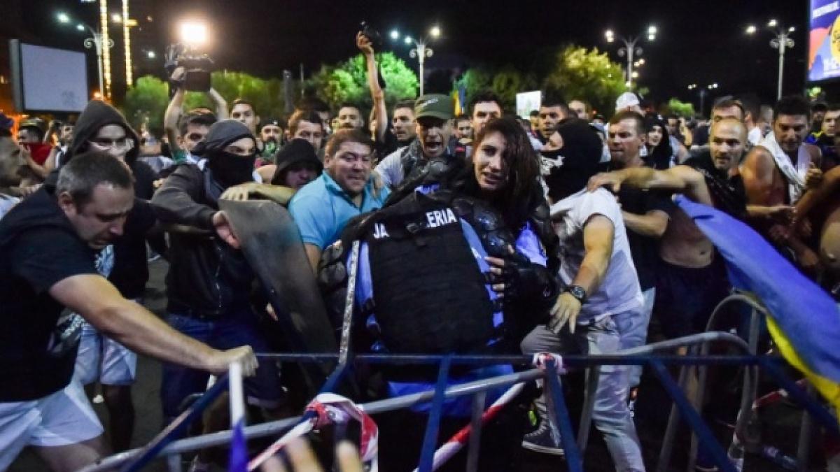În ziua protestelor din 10 august 2018, jandarmerița Ștefania a fost bătută de protestatari