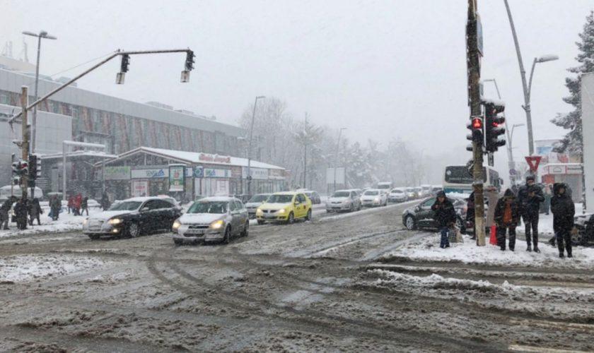 5 greșeli banale pe care le fac șoferii în trafic, atunci când ninge. Amenzi usturătoare