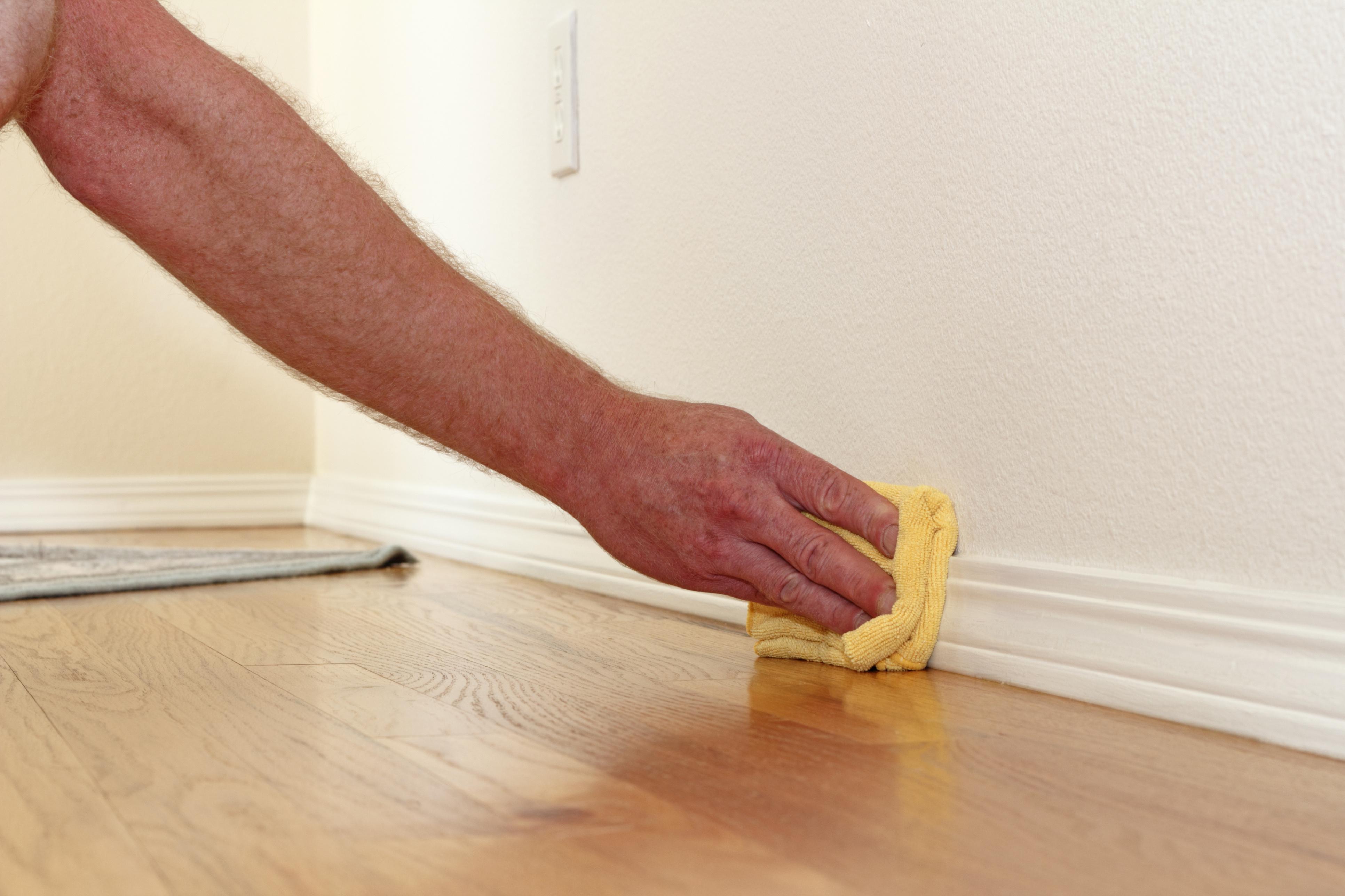 Soluția cu bicarbonat de sodiu cu care poți scoate petele de pe pereți. Poate scuti banii de zugrăvit