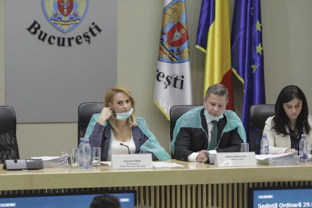 """Cum a apărut Gabriela Firea la Primăria Capitalei. """"Ne protejăm de virușii guvernamentali"""" FOTO"""