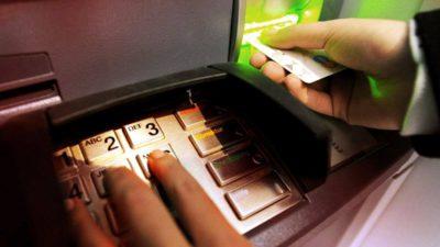 Atenție! Ce riscă românii care folosesc cardul la bancomat. Pot rămâne fără bani