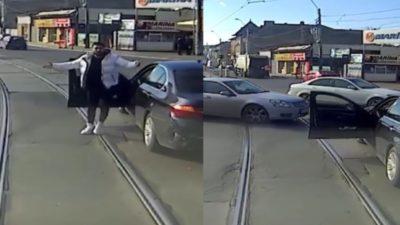 Un șofer cu BMW a fost împins de tramvai în București. Ce a urmat după ce a coborât din mașină