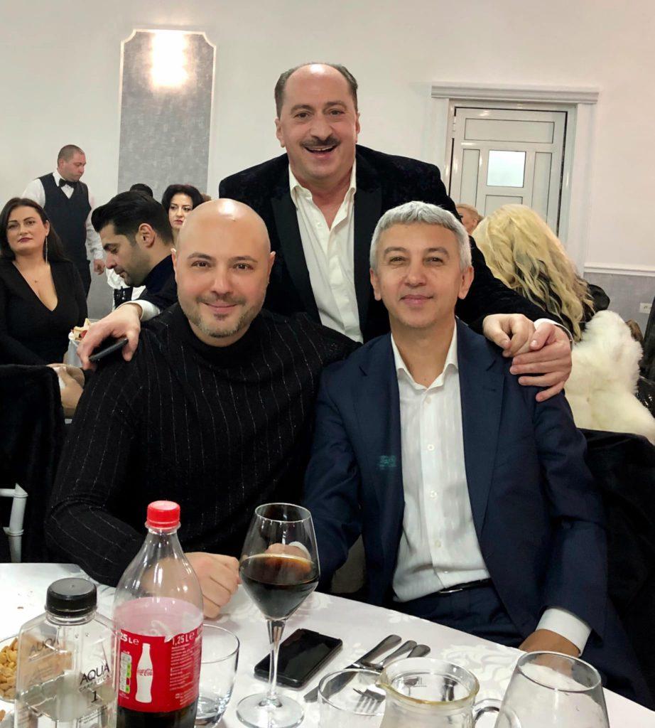 Dan Diaconescu se relaxează la un restaurant, alături de prieteni
