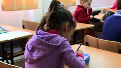 Doi copii din Brașov au spart o școală. Ce au furat din incinta ei. Gestul lor i-a impresionat pe localnici