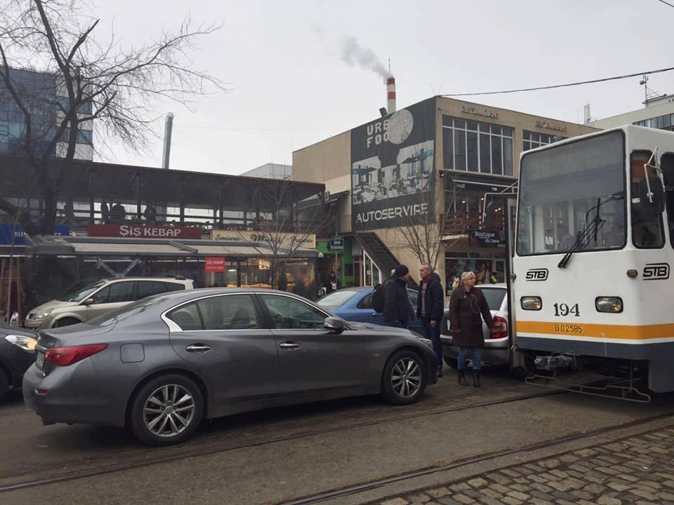Pipera: Un șofer a blocat trecerea tramvaielor, după ce a parcat foarte aproape de șine. FOTO