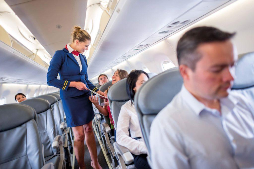 Cât câștigă pe zi o stewardesă la Wizz Air, Tarom sau Emirates Airline. Suma impresionantă la care poate ajunge, cu bonusuri, la sfârșit de lună