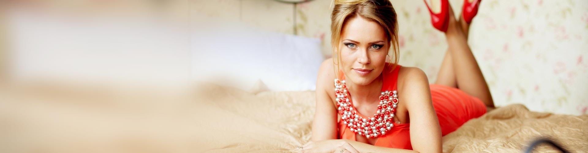 O femeie întinsă în pat.
