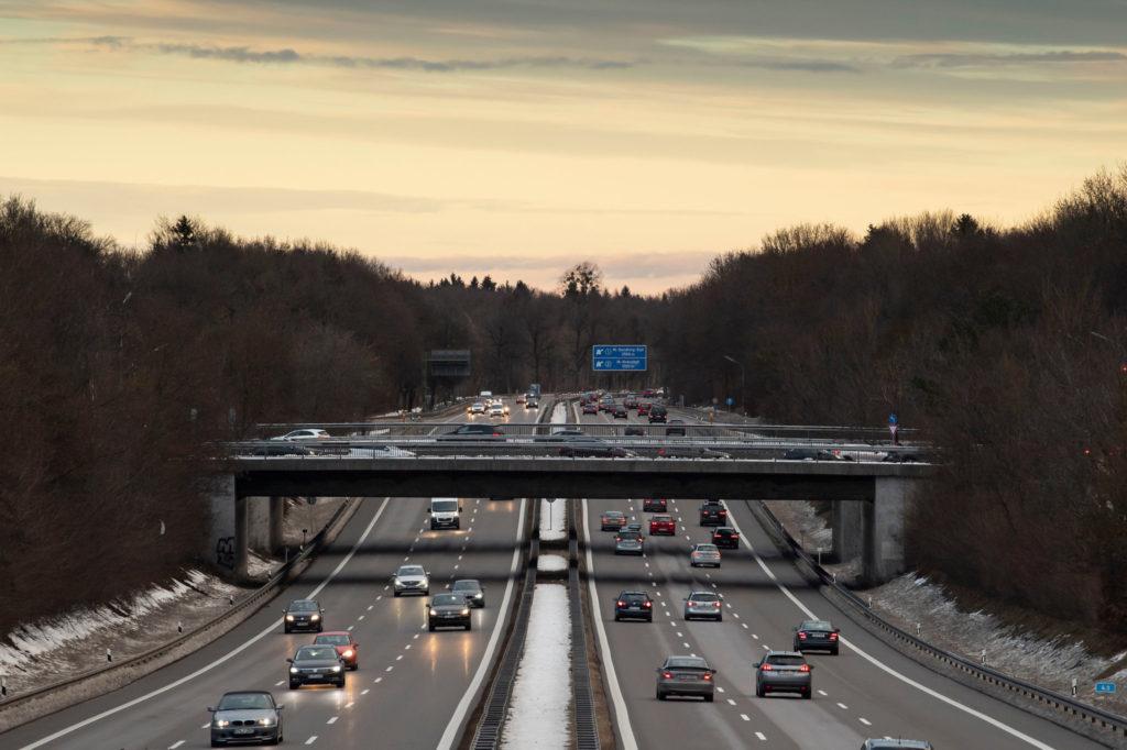 Cea mai proastă veste pentru șoferi. Limita de viteză, redusă excesiv pe autostradă, printr-o nouă lege