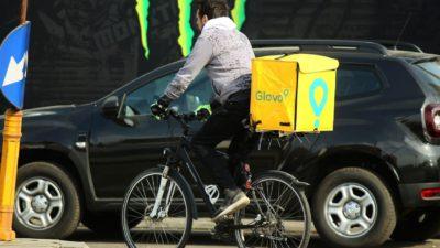 Câți bani poți câștiga, de fapt, la Glovo, livrând mâncare pe bicicletă